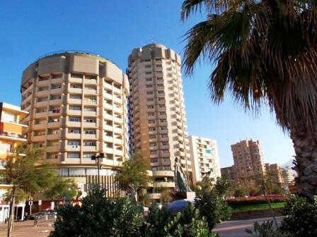 Fachada del hotel El Puerto, en Fuengirola,