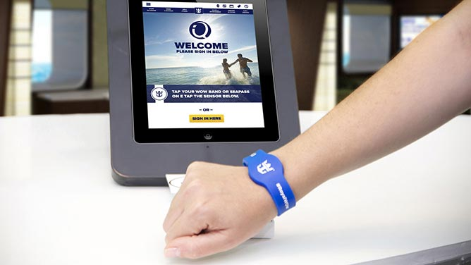 Todos los pasajeros dispondrán de una pulsera WOWband que les permitirá realizar compras, pagar y acceder a los camarotes.