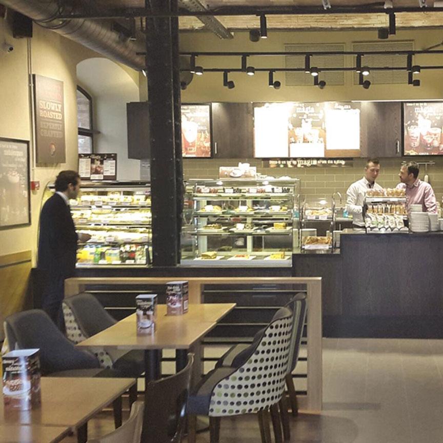 Interior de una cafetería Costa Coffee