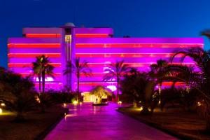 La colorista fachada del hotel Pacha Ibiza