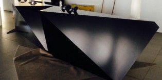 Se vende original mesa-mostrador de diseño, de gran tamaño