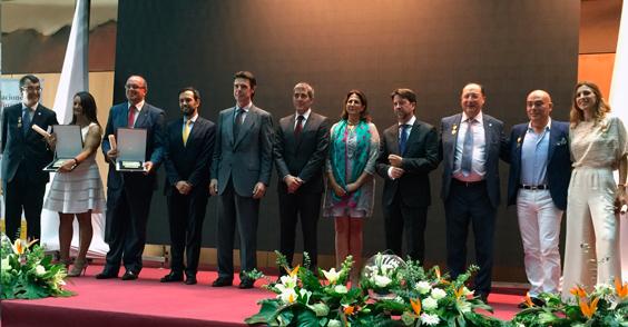 Foto de familia de todos los galardonados con Medallas y Placas al Mérito Turístico 2014