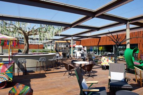 La colorista terraza de Heart Ibiza