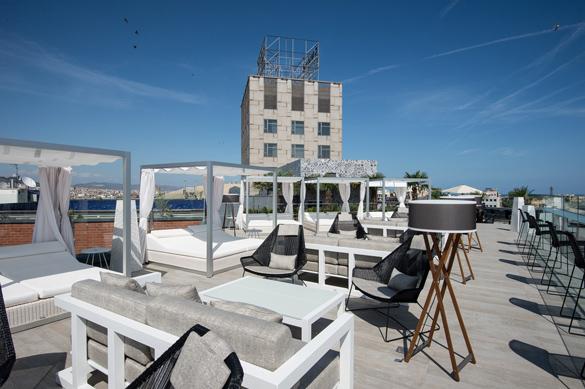 Imagen de la terraza de día, con su mobiliario de diseño