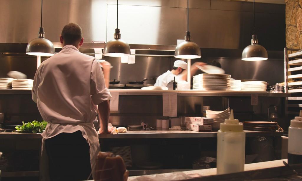 Cocineros en la cocina de un restaurante