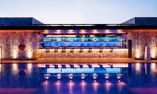 El espectacular juego de luces que logran los cristales Lightinglass en la contra-barra del bar de la piscina.