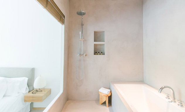 El baño abierto de una de las habitaciones de Margot House
