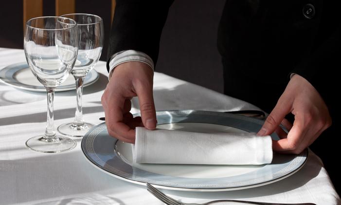 Camarero poniendo una mesa