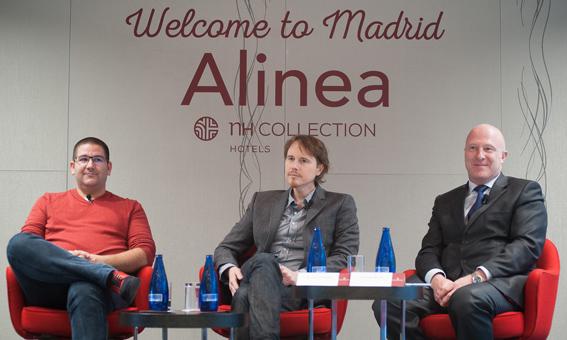 De izda. a dcha., Dani García, impulsor del traslado; Grant Achatz y Hugo Rovira, director general NH Hotels, en la presentación