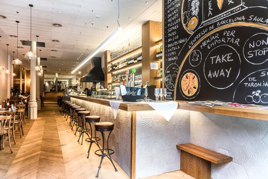Texturas y calidez en la amplia barra del bar