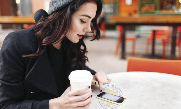 Recarga de móvil en la mesa de la cafetería