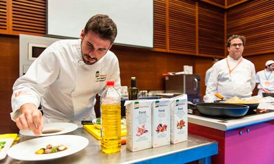 Javi Estévez da los últimos toques a la gelée de ternera, en san Sebastián Gastronomika