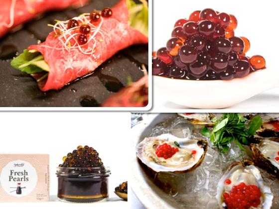 Carpaccio de buey con perlas de soja, perlas de fresa, perlas de soja y ostras con perlas de chili