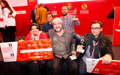 La cocinera ganadora del concurso, Isabel González, junto al propietario del restaurante Don Bacalao, Alfonso García