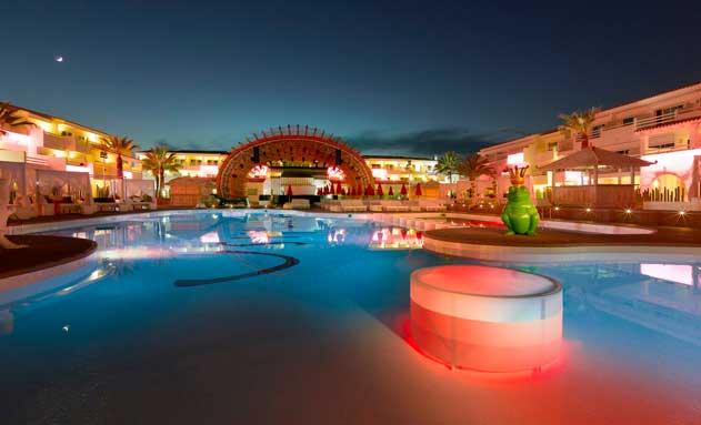 La piscina, iluminada, del Ushuaïa Ibiza Beach Hotel