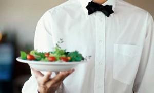 Camarero con una ensalada - Profesional Horeca