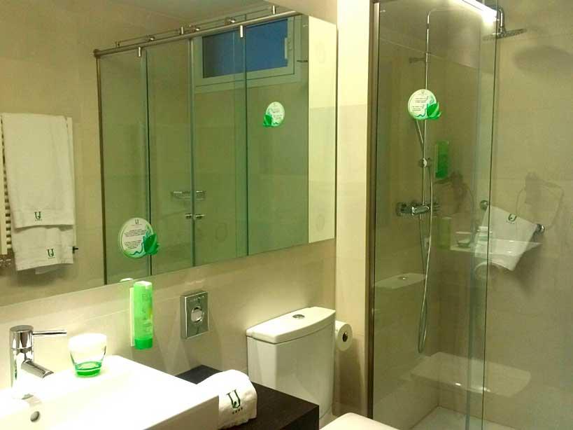 Uno de los baños del hotel Jardines de Uleta Suites, equipado con productos Ecolabel de ADA