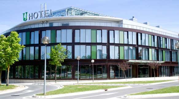 Fachada del hotel Jardines de Uleta Suites