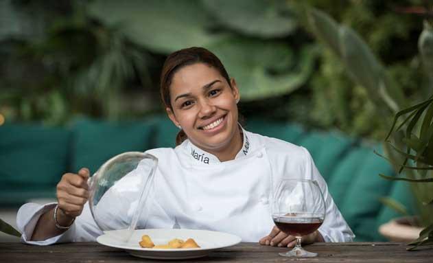 La chef María Marte, con el postre que ha elaborado para Zacapa