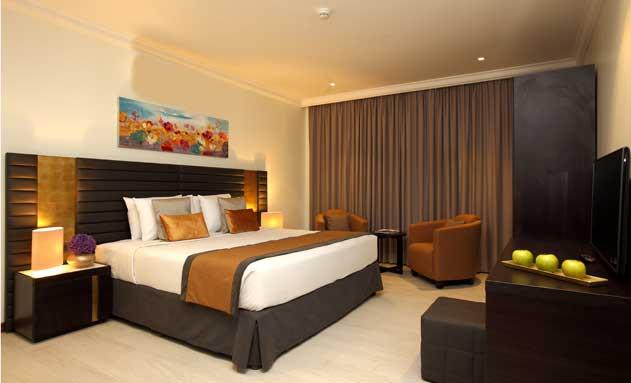 Una de las habitaciones del hotel Dana Beach Resort, con lencería de Resuinsa