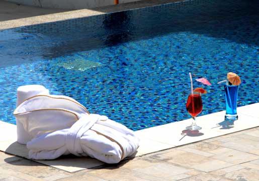 Albornoz de algodón, siperabsorbente, en una de las piscians del hotel Dana Beach