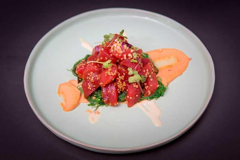 Atún rojo picante con wakame y almendras fritas