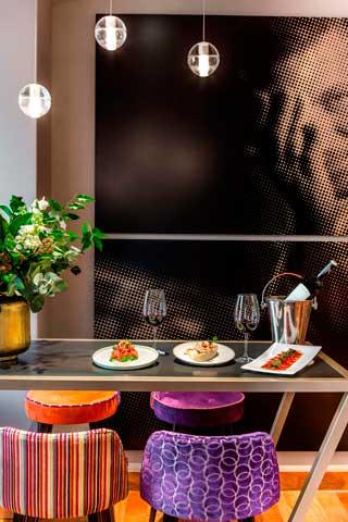 La imagen del chef Mundy preside la nueva área de la entrada, con mesas altas y taburetes