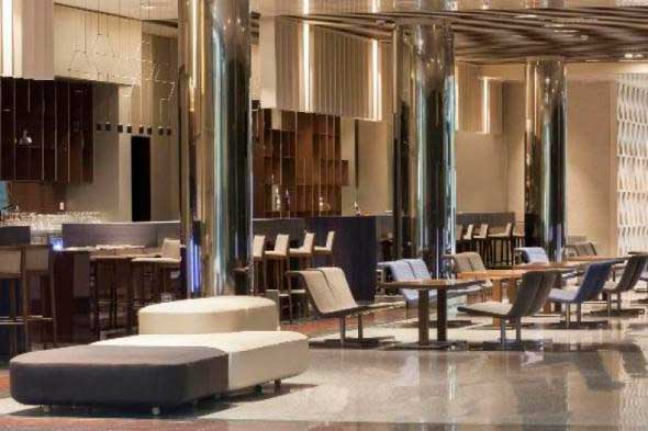 El reformado lobby-bar del hotel Auditorium, equipado con las bitacas Back