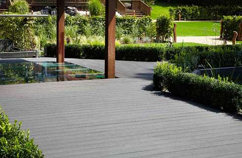 Composite Deck está hecha en un 60% en fibra de madera, de ahí su aspecto natural