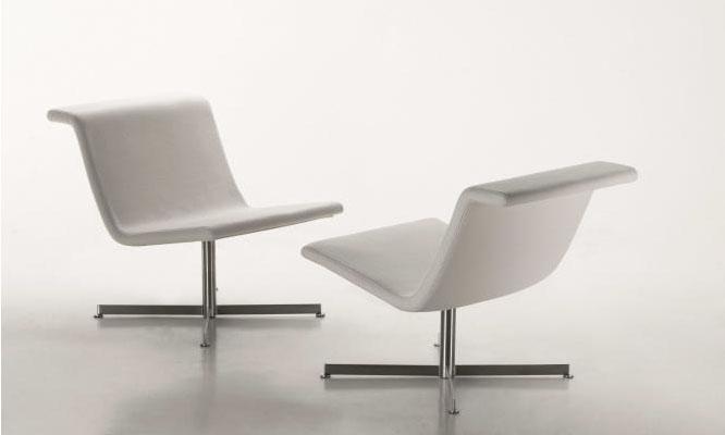 La butaca Back, cómoda y robusta, se adapta a todo tipo de ambientes. Se ofrece con diferentes pies