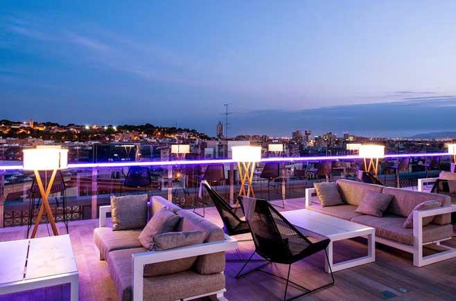 Paneles de vidrio Lightinglass en el perímetro de la terraza del hotel Catalonia Barcelona Plaza
