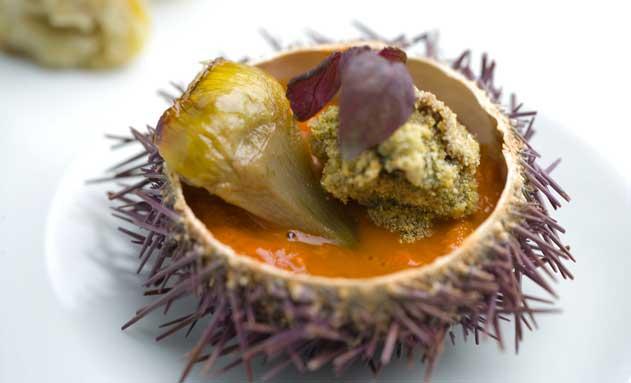 Alcachofas, ortiguillas, falso tocino y erizo de mar, receta de Luca Rodi