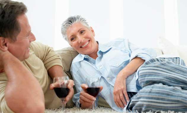 Pareja de seniors tomando una copa de vino