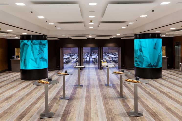 Las dos columnas del hall principal integran cada una más de 11 m2 de pantallas de cartelería digital