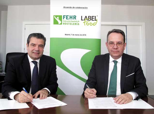 Emilio Gallego, secretario general de la Fehr, firmando el acuerdo de incorporación con Marcel Abarca, director general de Labelfood