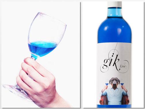 Copa y botella del vino azul Gïk