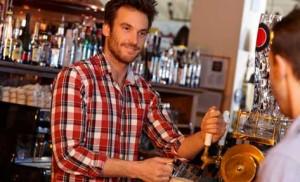 Barman tirando cerveza