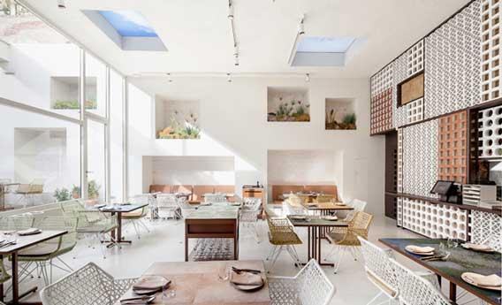 La sala, llena de luz mediterránea, del restaurante Disfrutar. Las fotos de este post son © de Adrià Goula para Equipo Creativo