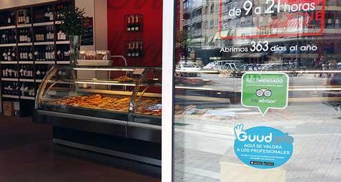 Pegatina de Guudjob en el exterior de una tienda de Pastelerías Mallorca