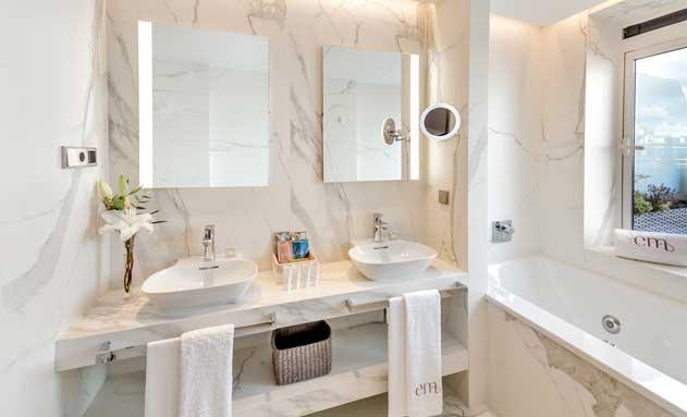 Baño equipado por Laufen en una de las habitaciones del renovado hotel Emperatriz