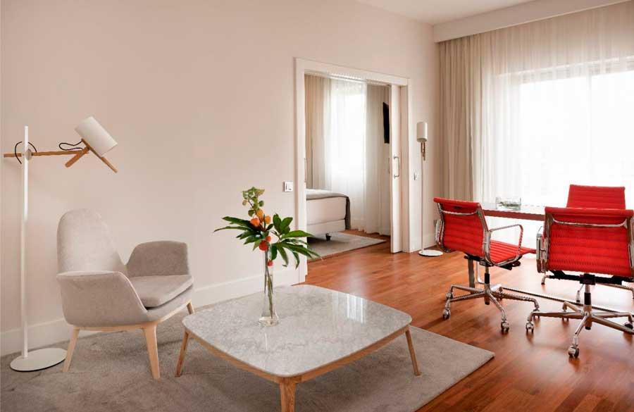 Mobiliario estilo años 50 en una suite del hotel