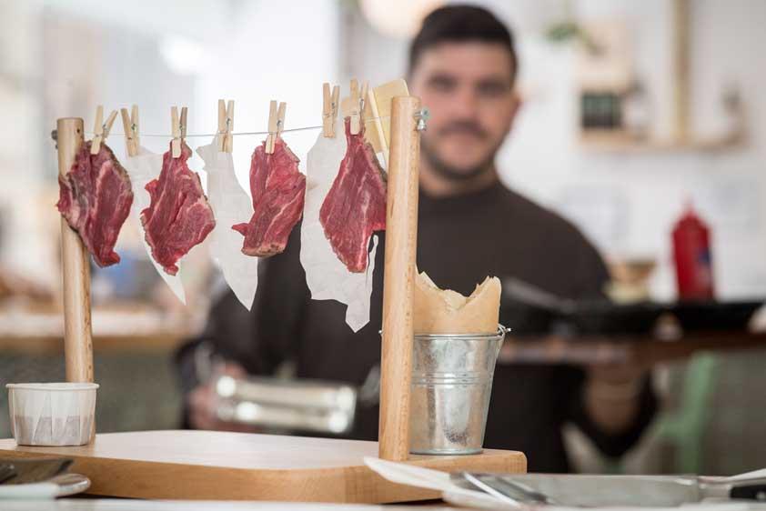 Máminas de carne colgadas en el Tenderete del Chef