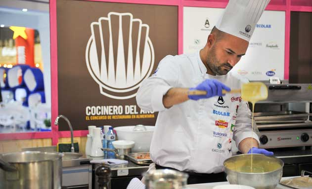 Raúl Resino, nuevo Cocinero del Año, en plena elaboración de su menú