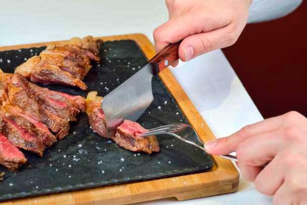 El cuchillo ha sido diseñado para un corte perfecto  de la carne