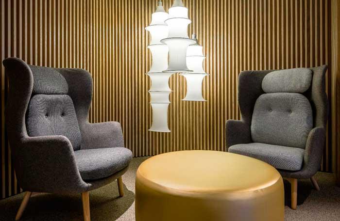 Mobiliario de estilo años 50 en el hotel NH Collection Colón