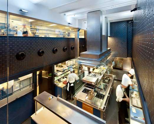 """Vista """"aérea"""" de la increíble cocina del restaurante Lasarte"""