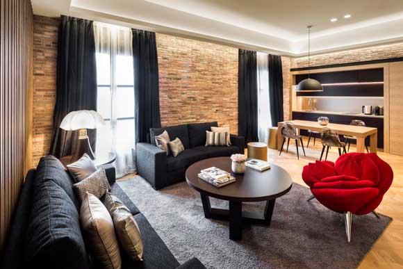 El acogedor salón de la suite Enric Batlló del Hotel Monument