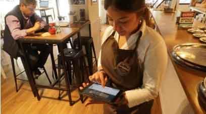 Empleada del restaurante con una tablet