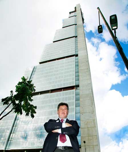 El presidente del Grupo Hotusa, Amancio López Seijas, ante la torre del futuro hotel (fotografía del diario La República)