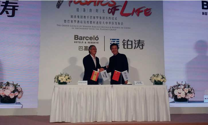 Raúl González (izquierda) y Alex Zheng (derecha), en la firma del acuerdo, en Pekín